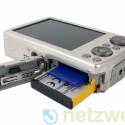 Strom liefert ein Lithium-Ionen-Akku. Die Bilder speicher die Kamera auf SD-, SDHC- oder xD-Speicherkarten.