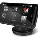 Dank optional erhältlicher Autohalterung fungiert das neue Windows Phone von HTC auch als Naviersatz im Auto.