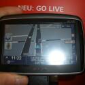 Das Go 950 Live von TomTom empfängt dank eines eingebauten GSM-Moduls Verkehrsdaten in Echtzeit. Auch Daten zum günstigsten Krafstoffpreis in der Nähe zeigt es auf dem berührungsempfindlichen Display an.