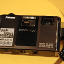 Nikon präsentiert in seiner Coolpix-Reihe die weltweit erste Kamera mit eingebautem Projektor.