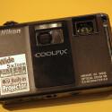 Die Nikon Coolpix S1000pj verfügt über ein Nikkor-Weitwinkelobjektiv mit Fünffach-Zoom.