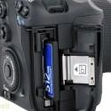 Daten speichert die Kamera auf einer CF-Speicherkarte ab.
