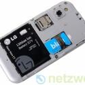 Unter der Abdeckung finden sich die Einschübe für die SIM-Karte sowie für microSD-Karten.