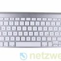 Die drahtlose Tastatur gehört zum Lieferumfang. Es lässt sich angenehm darauf tippen, jedoch fehlt es ihr an einem separaten Ziffernblock.