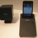 Zum Set gehören zwei Satelliten-Lautsprecher mit einer Leistung von je zehn Watt, ein Subwoofer mit 40 Watt sowie eine Dockingstation für Apples iPod und iPhone.
