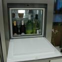 Eine Klappe an der Kühlschranktür ermöglicht den schnellen Zugriff auf kalte Getränke.