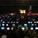 Eine Halle voller Spieler.