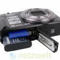 Der Lithium-Ionen-Akku soll Strom für bis zu 1.000 Aufnahmen liefern. Fotos und Videos speichert die Kamera auf SD- und SDHC-Speicherkarten.