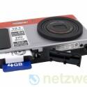 Lithium-Ionen-Akku und SD- sowie SDHC-Speicherkarten akzeptiert die Kamera.