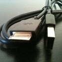 Das beiliegende USB-Kabel besitzt einen Anschluss für den Walkman und einen Standard-USB-Stecker.