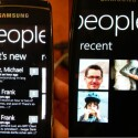 Abgeschnittene Bildschirminhalte am rechten Rand sind kein Fehler, sondern eine Navigationshilfe. Sie führen zu weiteren Menüs in der jeweiligen Applikation. Zum Beispiel gelangt man hier durch einem horizontalen Slide auf dem Touchscreen von der den Statusmeldungen der Kontakte zu den zuletzt verwendeten Kontakten.