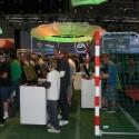 Passend: Der Fifa 2011 Stand auf der Gamescom war ein kleines Stadion. (Bild: netzwelt)