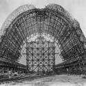 Auf dem Bild ist die Konstruktion einer Halle zu sehen, die in der Nähe des Ames Research Center stand. (Bild: NASA/Flickr)
