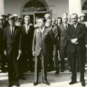 In der Mitte des Bildes steht NASA Administrator James E. Webb mit zahlreichen Astronauten und dem Präsidenten. (Bild: NASA/Flickr)