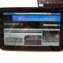Netzwelt auf dem Galaxy Tab: Die Anzeige lässt sich gut lesen, ist aber schnell übersät mit hässlichen Fingerabdrücken. (Bild: netzwelt)