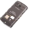Die SIM-Karte lässt sich bei eingelegtem Akku nur schwer wechseln.