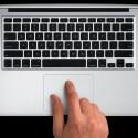 Auch das MacBook Air verfügt über das praktische Glas-Touchpad. (Bild: Apple)