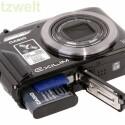 Der Lithium-Ionen-Akku soll für bis zu 600 Fotos Strom liefern und die Kamera akzeptiert neben SD- und SDHC- auch die neuen SDXC-Speicherkarten.