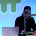Auch bei Google geht es nicht ganz ohne Produkte aus Cupertino wie dieses Macbook während der Präsentation zeigt. (Bild: Screenshot)