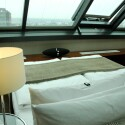 Die Multiroom-fähigen Lautsprecher sehen schick aus und machen sich auch gut in hübschen Schlafzimmern. (Bild: netzwelt)