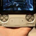 Die ausziehbare Tastatur gleicht vom Layout her der eines üblichen Playstation-Controllers.