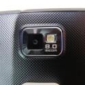Die Kamera auf der Rückseite liefert eine Auflösung von acht Megapixeln. Ein separater Auslöseknopf fehlt allerdings.