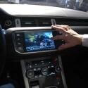 So schaut der Beifahrer etwa ein Video, während der Fahrer sich vom Navi-System lotsen lässt. (Bild: netzwelt.de)