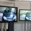 Das Fraunhofer-Institut zeigt unter anderem zwei große Bildschirme bei denen der Betrachter nur am richtigen Punkt stehen muss, um einen 3D-Effekt zu sehen.