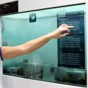 Das transparente Display zeigt Inhalte an, gibt aber auch den Blick auf die dahinter liegende Modellstadt frei.