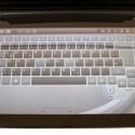 Die virtuelle Tastatur lässt sich individuell anpassen. Es fehlen zwar die Anschläge, trotzdem lässt sich erstaunlich gut auf den Tasten tippen.