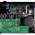Schraubt man den AV-Receiver auf, sticht sofort der riesige Ringkerntrafo ins Auge. (Bild: netzwelt)