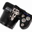 Wie üblich eine SD-Speicherkarte, aber die vier AA-Batterien oder Akkus weichen vom üblichen Lithium-Ionen-Akku ab.