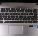 Durchgehendes Touchpad und kleine Tasten mit großen Zwischenräumen.