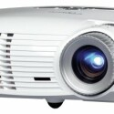 Fällt bei der Deckenmontage kaum auf: der im schlichten Weiß gehaltene Optoma HD 20.