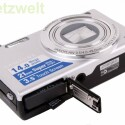 Den Lithium-Ionen-Akku lädt der Nutzer in der Kamera auf - ein externes Ladegerät befindet sich nicht im Lieferumfang. Als Speicherkarte kommt eine MicroSD-Karte zum Einsatz.