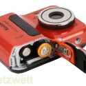 Die Stromversorgung übernehmen zwei Akkus oder Batterien vom Typ AA. Als Speicherkarte kann der Fotograf SD- und SDHC-Karten verwenden.