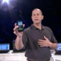 Microsofts Steve Guggenheimer zeigte das nächste WP7-Handy von Samsung auf einer Partnerkonferenz. (Bild: Screenshot)