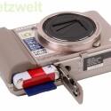 Ein Lithium-Ionen-Akku und eine SD-Speicherkarte oder ein Memory Stick.