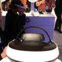 Wie von einem anderen Stern: Wer die 3D-OLED-Brille HMZ-T1 auf dem Kopf trägt, kann sich mit Sicherheit nicht über mangelnde Aufmerksamkeit beklagen. (Bild: netzwelt)