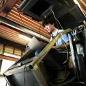 Der Entwickler Yoshizaki programmiert die Software im Cockpit des Mech, die den Roboter zum Laufen bringen soll. (Quelle: Gigazine)
