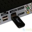 Der Hersteller legt der Box einen WLAN-Stick für den kabellosen Internetzugang bei. (Bild: netzwelt)