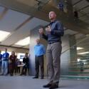 Rede zur Eröffnung: Apple-Mitarbeiter wurden extra aus den USA eingeflogen. Im Hintergrund, mit dunkler Hose und hellblauem Hemd: Apples Pressesprecher für Deutschland, Georg Albrecht. (Bild: netzwelt)
