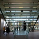 Mittlerweile ein eigenes Markenzeichen: Die Glastreppe im Applestore verbindet das erste mit dem zweiten Geschoss der Flagshipstores. (Bild: netzwelt)