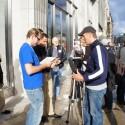 Apple durch und durch: Dieser Journalist nutzt markentreu direkt ein iPad 2 zum Filmen der Shop-Eröffnung. (Bild: netzwelt)
