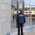 Sicherheitspersonal vor dem Eingang: Für die Hand voll Journalisten reicht ein Security-Mitarbeiter. Am Eröffnungstag wird aufgestockt. (Bild: netzwelt)