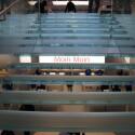 Die Treppe besteht aus echtem Glas und scheint im Shop zu schweben. (Bild: netzwelt)