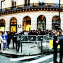 Der Twitter-Nutzer @geoffreyfossier fing die Schlange vor dem Pariser Apple Store ein. (Bild: geoffreyfossier via Twitter)