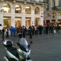 Auch in Bordeaux warteten französische Apple-Fans auf die Öffnung des örtlichen Stores. (Bild: Ronin1881via Twitter)