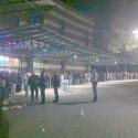 Auch im Ruhrgebiet harrten in der Nacht bereits Maßen an Apple-Fans vor dem Store im CentrO aus. (Bild: bruceyontour via Twitter)