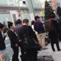 In Japans Hauptstadt Tokio war die Schlange sogar acht Häuserblocks lang. (Bild: Screenshot YouTube-Video von nobihaya)